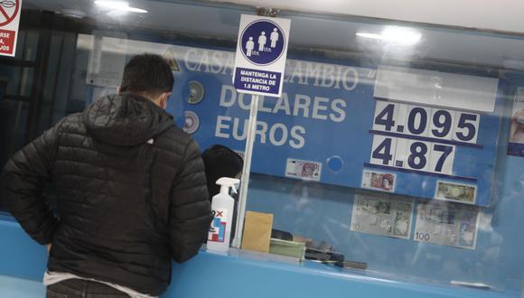 El precio del dólar estadounidense en Perú operaba a la baja en el mercado informal (paralelo) hoy viernes 8 de octubre del 2021. El tipo de cambio caía a S/4,070 la compra y a S/4,110 la venta, según casas de cambio de Lima.